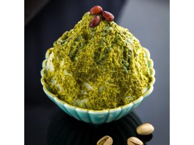 夏本番!茶寮都路里 祇園本店、新登場の氷メニューは「ピスタチオ」!食べ進めると中に「アーモンドプラリネアイス」と「塩キャラメルホイップ」の層が。
