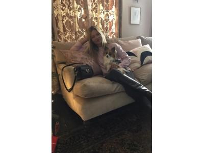 ケイト・モスがMETROCITYバッグでウィンターホリデールックを披露