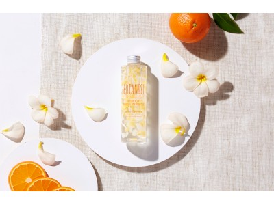 朝、オレンジ香るフレッシュな夏肌へ。紫外線を受けやすいお肌に潤いとツヤを与えるプルメリアペタルシャワー(※1)配合