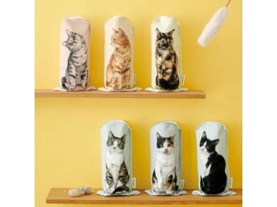 にゃんこがあなたを見つめます。「机の上におすわり 猫のペットボトルタオル」がフェリシモYOU MORE!から誕生