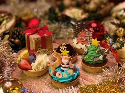 「パイホリック」から、おもちゃ箱のようなクリスマス限定スイーツ登場! ツリーやプレゼントをモチーフにした手のひらサイズのパイケーキセット