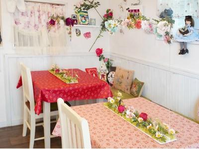 """おもわず写真を撮りたくなる!兵庫・西宮のマイペリドットカフェ、花をぐるりとアレンジした""""フォトフレーム風""""飛沫防止パーテーションを制作。"""