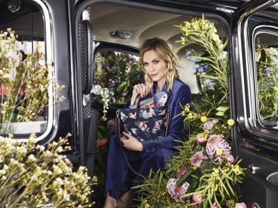 英国のライスタイルブランド〈キャス キッドソン〉が、ポピー・デルヴィーニュをブランドフェイスに迎え、2019年SSコレクションを発表