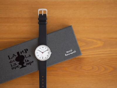 『暮しの手帖』初代編集長、花森安治のオリジナルウォッチが登場。カット画を生かした手書き文字とランプがポイントの腕時計です。