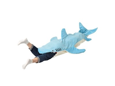 【ガブリとサメに食べられる!】穿くと丸呑みにされるように見えるブランケットがヴィレヴァンオンラインで遂に再入荷!