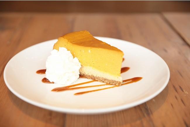 アメリカンレストラン「カリフォルニア・ピザ・キッチン」ハロウィンスペシャルデザート 「パンプキンチーズケーキ」