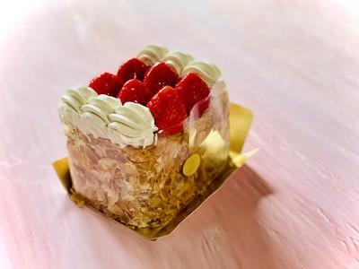 【2/8販売開始】人気の苺のミルフィーユにシェフ特製サンドをセットしたTAKEOUT BOXが登場!桜咲き誇る北野の異人館街を満喫