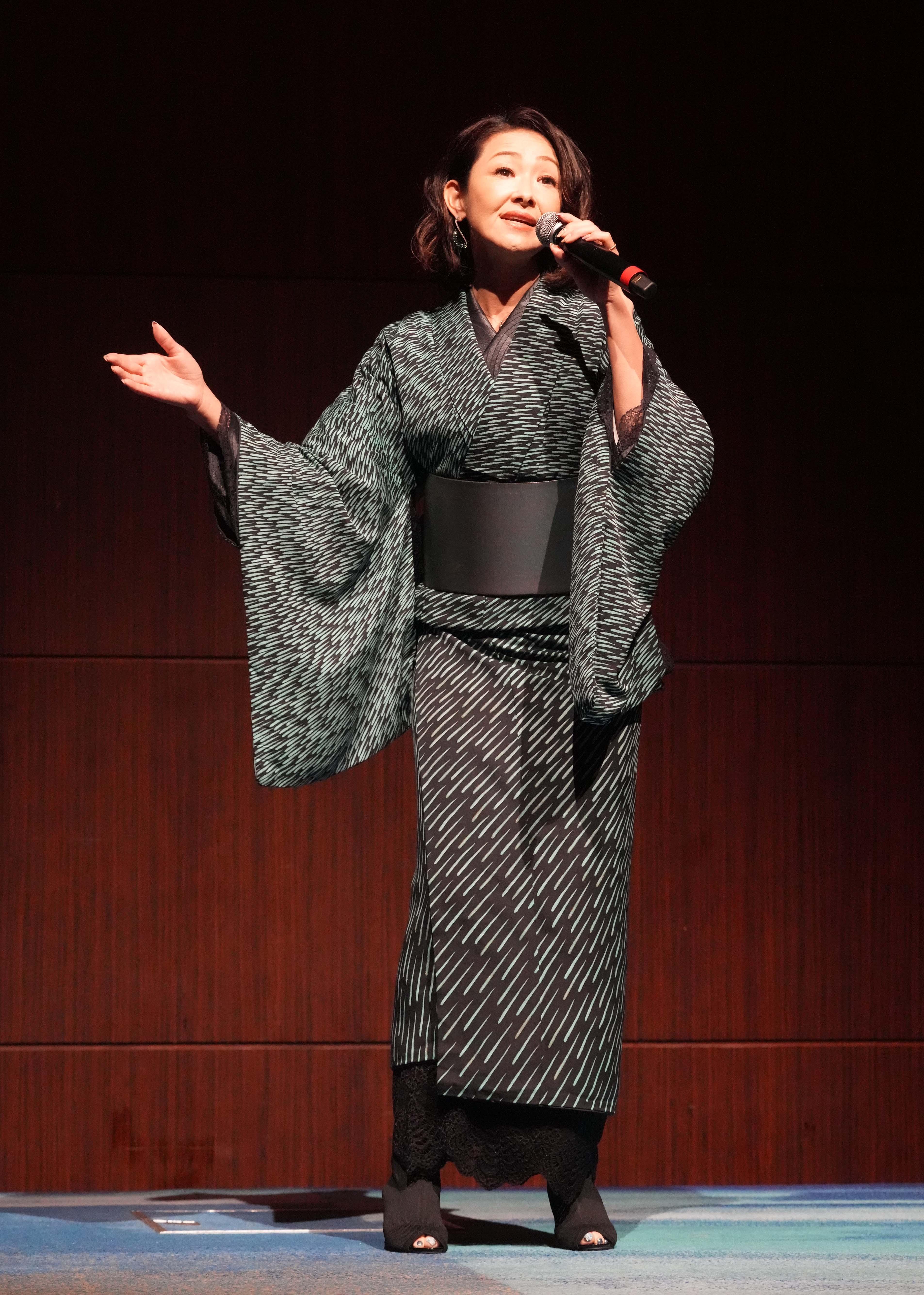 大石まどかがデビュー30周年記念シングル「茜の炎」発表会。ダンディ坂野と「愛が生まれた日」で初デュエットも披露