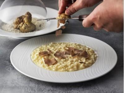アマン東京 イタリアンレストラン「アルヴァ」にて、秋の味覚を楽しむ「秋の収穫―ピエモンテの白トリュフ」を11月18日(日)まで開催