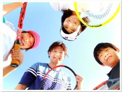 秋の休日は家族でいっしょに運動してみませんか?地域の恒例イベント「なかよし親子テニス 秋の無料体験会」今年は11/24(日)。ITCテニススクールはファミリースポーツを応援します!