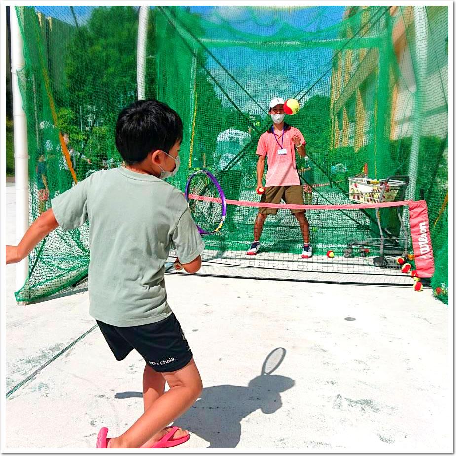 エコール・リラ ショッピングセンターで、テニスの日にちなんだイベントを開催。特設ストリートブースで、はじめてテニスに挑戦しました。