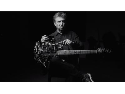 THE POLICEのギタリスト、アンディ・サマーズがライカで撮影した写真作品をラッピングした特別なシグネイチャーギターを発表。