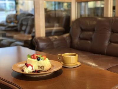 ソファで寛ぐカフェタイムを。神戸旧居留地のビルまるごと一棟カフェ「ニューラフレア」が9月6日(木)に1階フロアをリニューアルオープン!