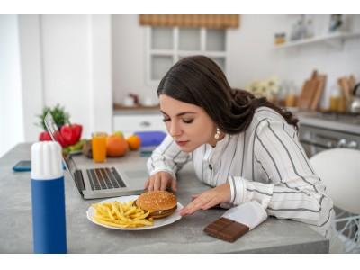 新型コロナ自粛下、1か月で「太った」女性は4割。