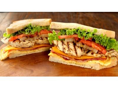 ヘルシーな鶏胸肉使用!こだわりの具材を使用した贅沢サンド!!期間限定 クア・アイナのクラブハウスサンドが登場!!