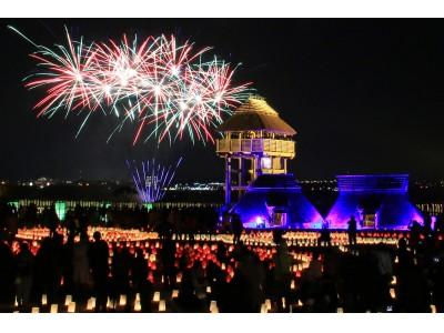 ライトアップされた物見やぐらの背後に打ち上げられる花火『吉野ヶ里 光の響』