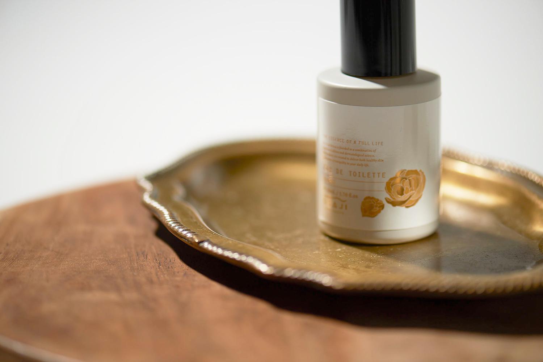 スキンケアブランドOSAJI(オサジ)より、季節限定のフレグランス「オサジ オードトワレ Roubai〈蝋梅〉」が数量限定発売。