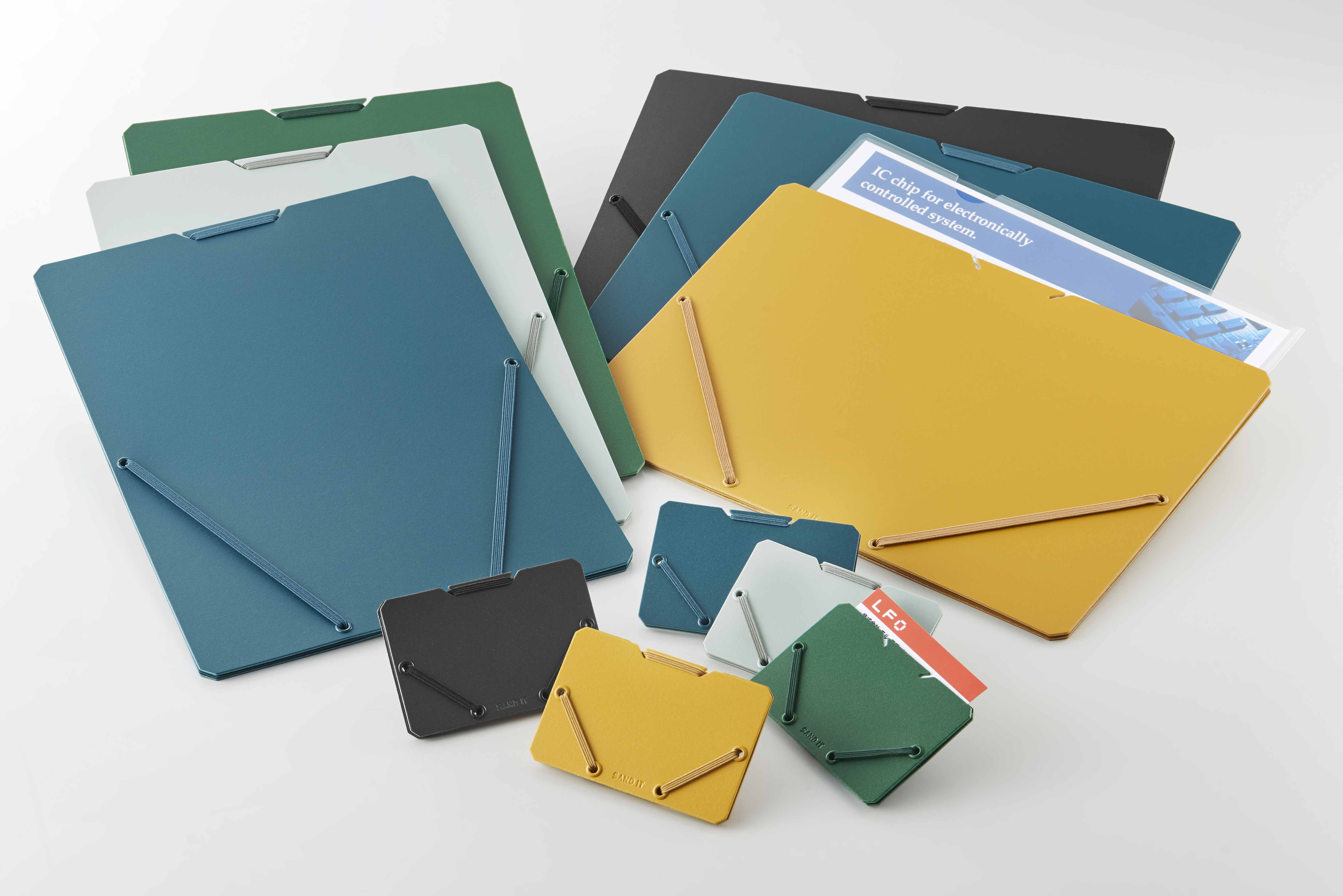 ゴムの伸縮で最適な厚さになるドキュメントホルダー、カードホルダー「SAND IT(サンドイット)」発売