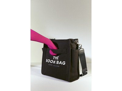 マーク ジェイコブスから、ブックにちなんだオーバーサイズグラフィックが愛らしい新作バッグ「THE BOOK BAG」が原宿のBOOKMARCにて先行販売!