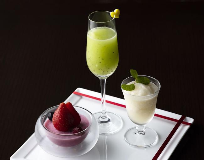 赤・緑・白のクリスマスカラーがモチーフ!3種のカクテルを一度に味わう「ウィンターカクテルプレート」、東京ステーションホテルで販売