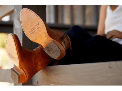 米国ウエスタンブーツブランド「ARIAT」(アリアット) が提案する快適な春夏のブーツ&ブーツカットデニムスタイル