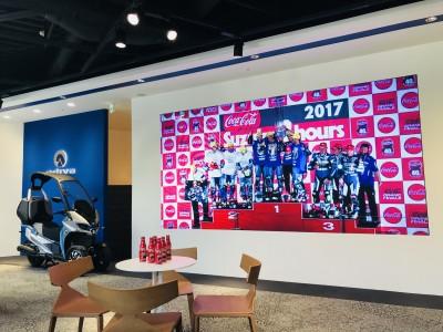 アディバ赤坂ショールームにて「鈴鹿8耐パブリックビューイング」開催。限定「コカ・コーラ」も先着でプレゼント。