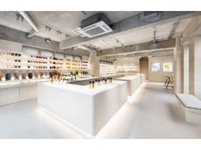 酒かす、がごめ昆布など、スキンケアやコスメに使用する約70種もの自然素材が、ミュージアムさながら一堂に。12/18(金)SHIRO 表参道本店が、売り場面積を約3倍に増床してリニューアルオープン。