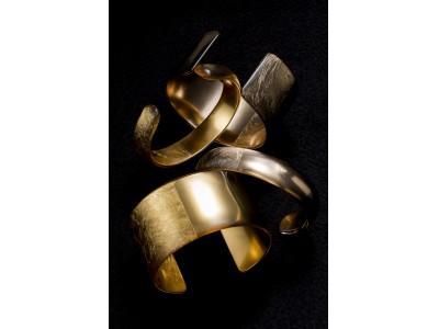 マット&ツヤ、金箔ならではの対照的なふたつの表情をもつアクセサリー「HIKARIバングル」。「箔座ひかり藏」15周年記念限定アクセサリーとして2019年4月2日(火) 発売!