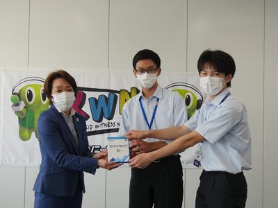 東京2020公認プログラム 「Sharing The Dream 2020」子ども達が制作した参加国応援メッセージ集を橋本会長へ進呈