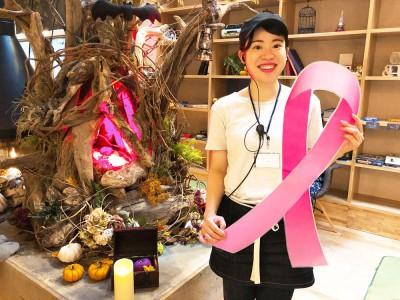 ピンクリボンデーにおふろをピンクに染めます。埼玉の温浴施設で乳がんの早期発見・治療を啓発推進
