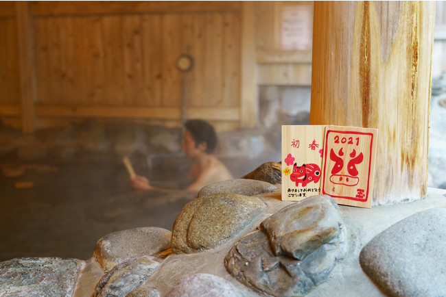 6県11店舗の温浴施設で開催決定。ヒノキの間伐材を使用した「100の年賀状風呂」