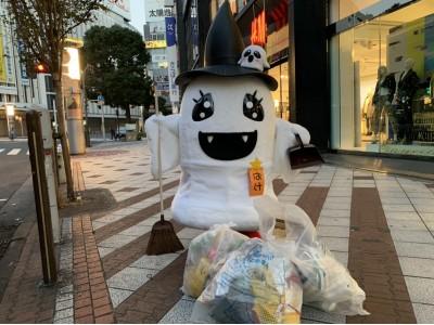 日本のハロウィンを大切に-おばけのゆるキャラが清掃作業で訴える