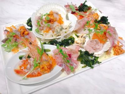 【ESOLA新宿】「8種の魚介カルパッチョ よくばり盛り 1,000円」ワインに良く合う、超ぜいたく盛りのカルパッチョが期間限定で登場