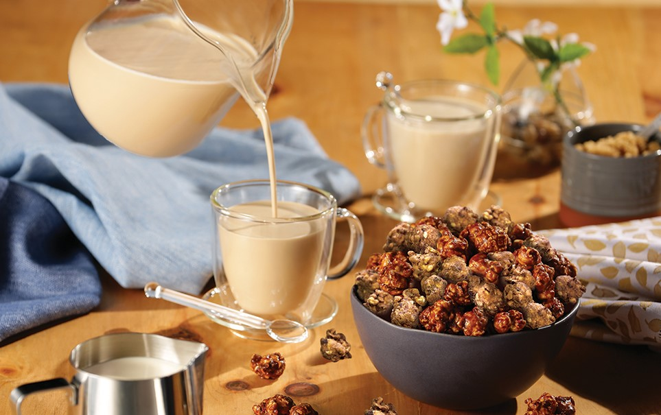 秋の期間限定レシピ第2弾!ミルクたっぷりカフェラテのやさしい甘さとアーモンドの贅沢な香りで、ほっと一息。『アーモンドカフェラテ キャラメルクリスプ(TM)』2020年10月1日(木)より期間・数量限定で発売