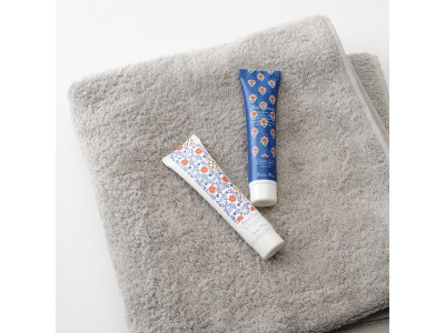 爽やかさを演出するネイビーブルーと小花柄のインテリアフレグランスブランド「BlueFlowers」より携帯に便利な除菌ジェルとハンドクリームが新発売