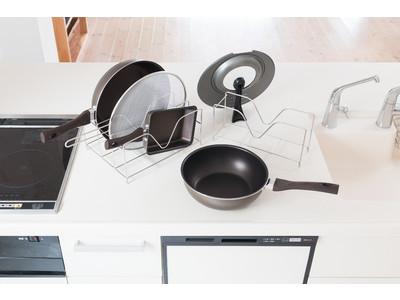 年末大掃除シーズンにもピッタリ!深型フライパンに対応したキッチン整理グッズ。人気の「Timantフライパンシリーズ」もピッタリ収納。KEYUCA「Fadaloフライパン&鍋蓋スタンド」新登場