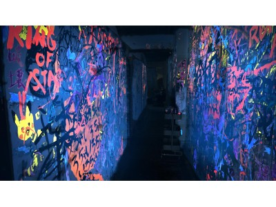 日本初上陸の「物が壊せるサービス」REEAST ROOMが一般客と内装ペイントを共創する「FREE ART WALL PROJECT ブラックライト版」を6月22日よりスタート!