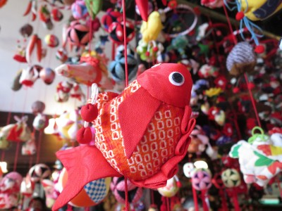 子どもの健やかな成長と無病息災を願い、金魚やエビなど約5000個のつるし飾りが登場「アクアマリンのひな祭り」を開催