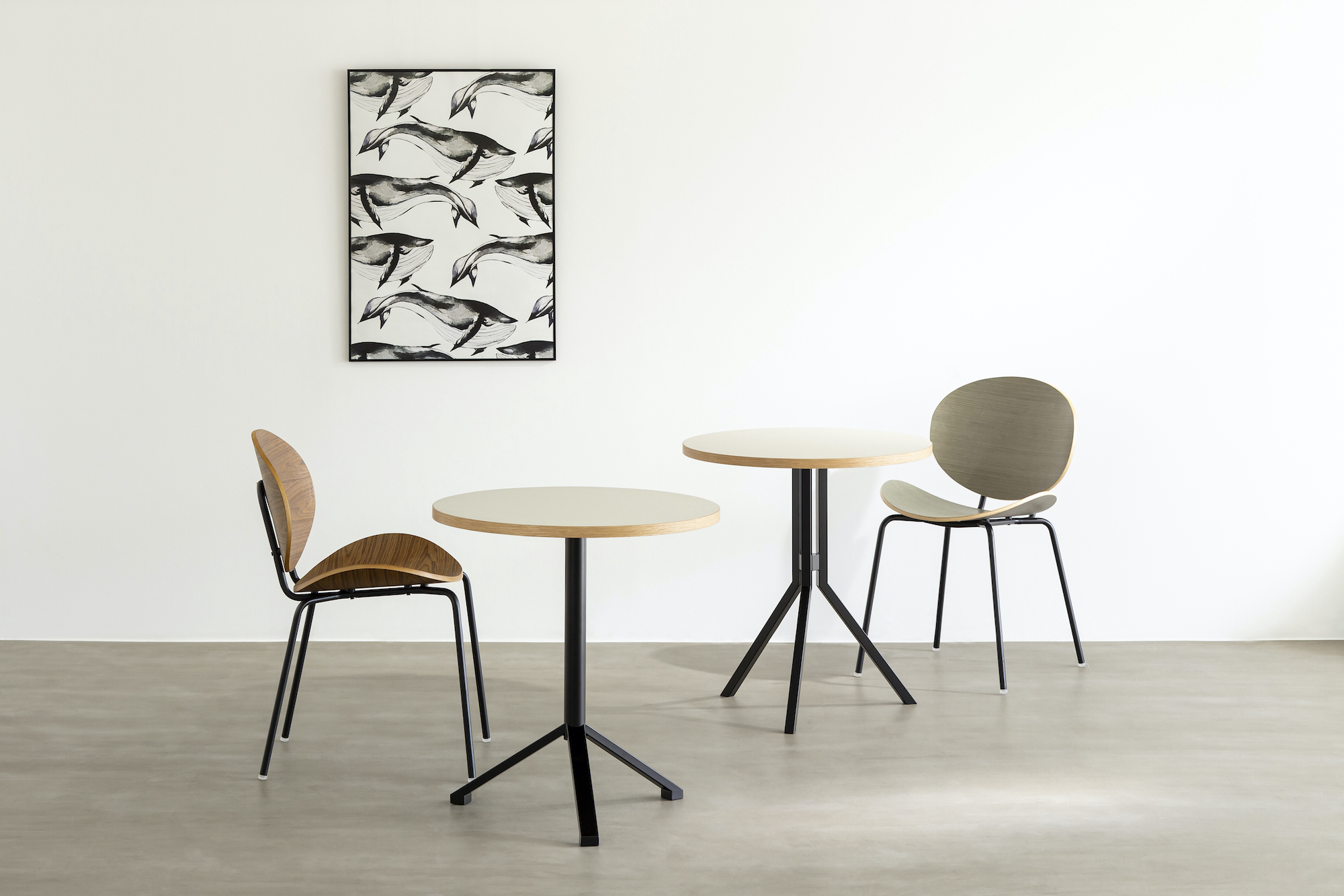 【Kanademono新商品】一人暮らしのお部屋やカフェ風の空間づくりにもぴったり。大人気のTHE CAFE TABLEシリーズから、見た目も足元もスマートな三脚型のカフェテーブル2種が新登場。
