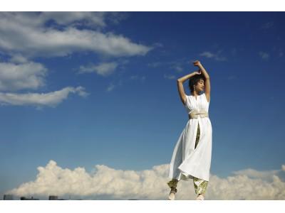 剛力彩芽が大人のSNIDEL(スナイデル)の白ワンピースで本格的なファッション撮影。「気持ちが解放されて最高にハッピー!」
