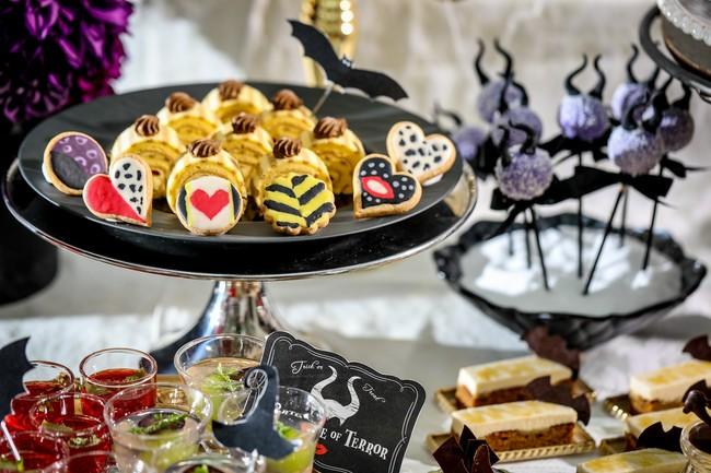 ロマンチックな白亜の結婚式場が、2日間限定でダークな世界に!『いたずらヴィランズのスイーツパーティー』デザート&軽食約2...