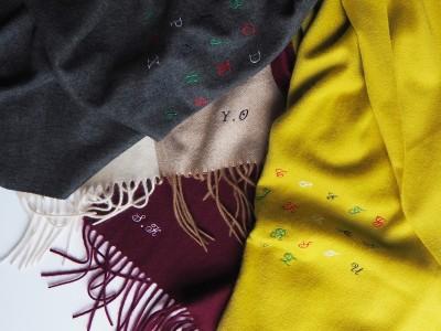 トゥモローランド、カシミアストールへのイニシャル刺繍オーダーを開催