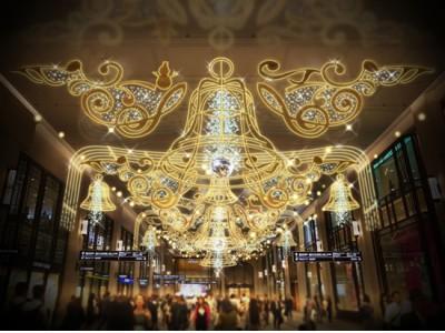 梅田阪急ビルコンコース クリスマス・イルミネーション 「BELLのCONCERTO」 ~はじまりを告げる、光の協奏曲~ さまざまなベルが光り響きあうコンチェルトホールが出現