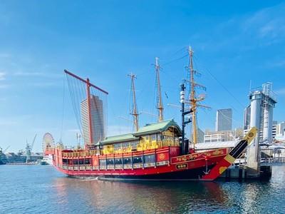 神戸港に新たな魅力! 鮮やかスカーレットの御座船安宅丸が10月16日から運航開始。「御船印」は葵の御紋入り