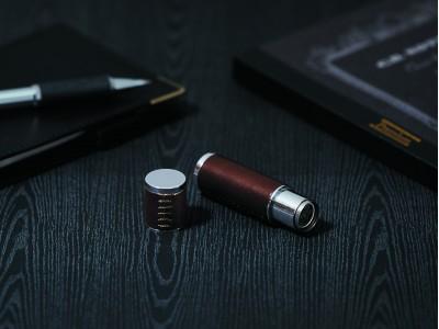 金属製のボディーに上質な牛革素材を施したこだわりのネーム9「ネーム9 ヴィーボ レザー セレクション」発売