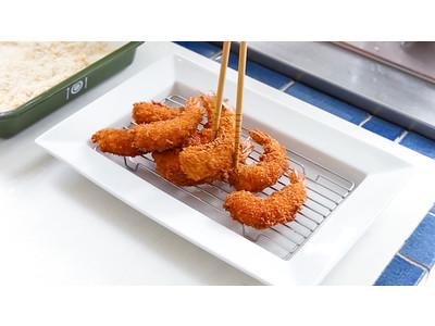 発売から20年。栗原はるみの暮らしの中から生まれた、ロングセラーのアイデア調理食器「水切り付きリムトレー」の特別セットをEC限定発売!