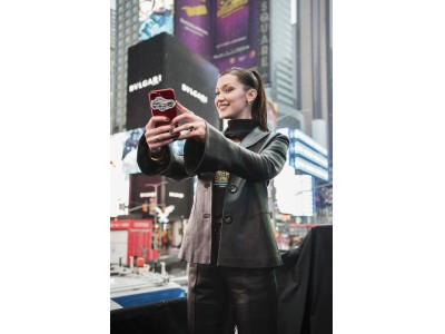 ブルガリ「ビー・ゼロワン」のキャンペーンアンバサダー ベラ・ハディッドがニューヨーク タイムズスクエアに登場