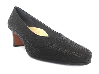 「外反母趾でも履けるサメ革のパンプス」を新発売