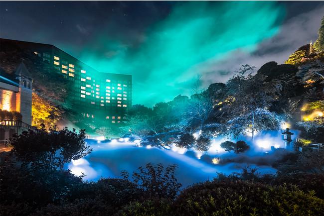 """世界一の遭遇率!ホテル庭園の全天に広がるオーロラを再現 都会のオアシスに出現する冬の新たな""""光の絶景スポット""""「森のオーロラ」を11月11日より公開"""