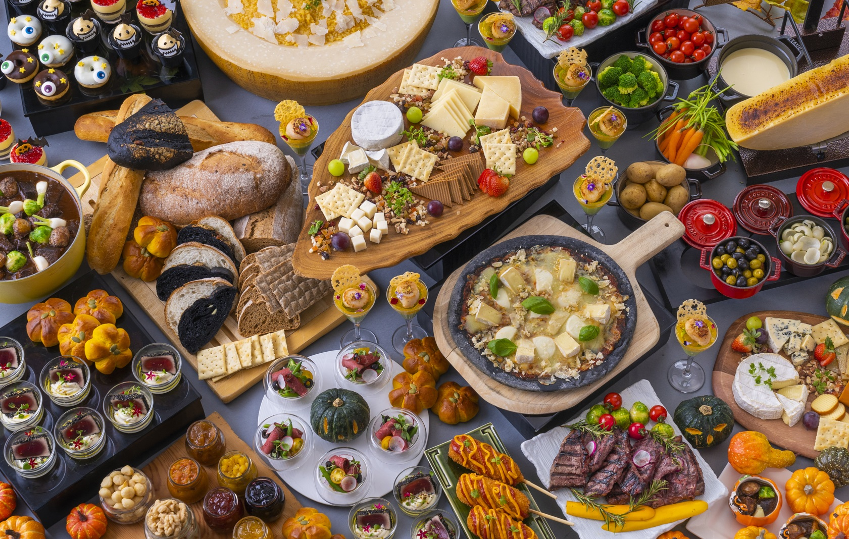 【ヒルトン福岡シーホーク】ラクレット、フォンデュ、リゾット、チーズハットグなど各国のチーズ料理と秋の味覚、ハロウィンスイーツが楽しめる「チーズフル・ハロウィン・ビュッフェ」を開催